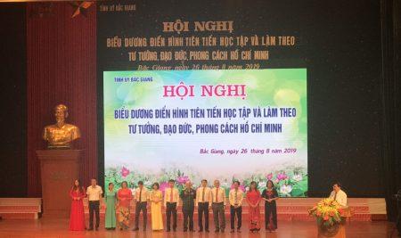 TS. Diêm Đăng Huân – Bí thư Chi bộ, Hiệu trưởng trường THPT Thân Nhân Trung vinh dự được nhận bằng khen của Ban Thường vụ Tỉnh ủy Bắc Giang