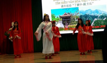 Sôi nổi hoạt động ngoại khóa liên môn: Tìm hiểu văn hóa Việt – Trung